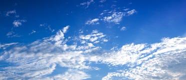 平衡天空的蓝色被中断的云彩 免版税库存照片