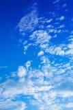 平衡天空的蓝色被中断的云彩 免版税库存图片