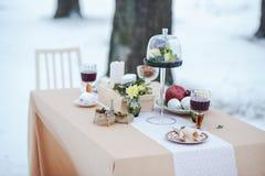平衡室外点蜡烛的晚餐的冬天 活动 免版税库存图片