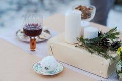 平衡室外点蜡烛的晚餐的冬天 活动 免版税图库摄影