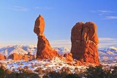 平衡岩石在冬天 库存照片
