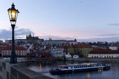 平衡有哥特式城堡的冬天布拉格市从查理大桥,捷克 免版税库存图片