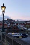 平衡有哥特式城堡的冬天布拉格市从查理大桥,捷克 库存图片