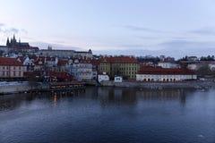 平衡有哥特式城堡的冬天布拉格市从查理大桥,捷克 库存照片