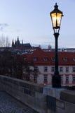 平衡有哥特式城堡的冬天布拉格市从查理大桥,捷克 图库摄影
