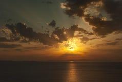 平衡橙色光芒晒黑日落 库存照片