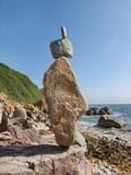 平衡海洋岩石 免版税库存照片