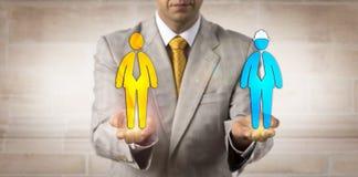 平衡白和蓝领工人的谈判员 免版税图库摄影