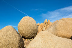平衡的圆的岩石在约书亚树国家公园 免版税图库摄影