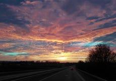 平衡的天空,蓝色,绿松石,黄色红色,在路上 免版税库存照片