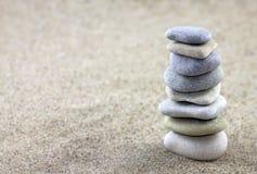 平衡的小卵石 免版税库存图片