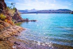平衡的岩石小海湾一个庄严看法  免版税库存照片