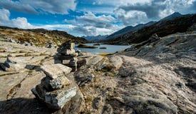平衡的岩石雕塑在有湖的瑞士阿尔卑斯 免版税库存照片