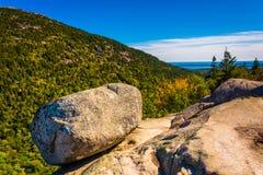 平衡的岩石,在南泡影,在阿科底亚国家公园,缅因 免版税库存图片
