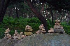 平衡的岩石,禅宗凝思实践 Pic在Gyeo被采取了 免版税库存照片