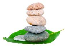 平衡的查出的小卵石 免版税库存照片