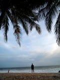 平衡的海滩的人 库存照片