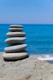 平衡的海滩石头 免版税库存照片