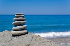 平衡的海滩石头 库存图片