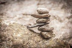平衡的石标在森林里 免版税库存照片