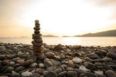 平衡的石头堆关闭在海 库存图片