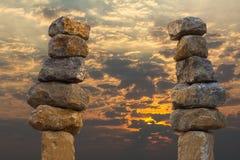 平衡的石头堆积了天空 免版税库存图片
