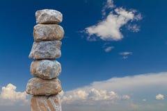 平衡的石头堆积了天空 库存图片