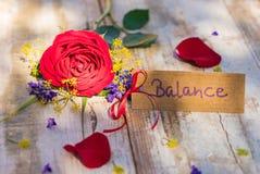 平衡的礼品券与红色玫瑰为母亲节或情人节 库存图片