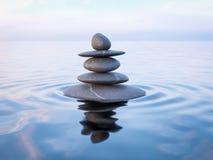 平衡的禅宗石头在水中 免版税库存图片
