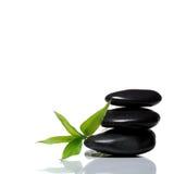 平衡的竹黑色石丝毫 库存照片