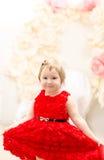 平衡的红色礼服女孩 免版税库存图片