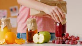 平衡的营养自创新汁液交付 影视素材
