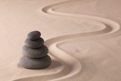 平衡的黑岩石 免版税库存图片