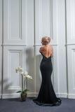 平衡的黑礼服美丽的妇女 库存图片