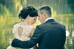平衡相当在爱的年轻时尚夫妇的室外葡萄酒画象夏天 免版税库存照片
