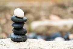 平衡石堆,总是卓著的区别并且投入上面,石头,平衡,岩石,平安的概念 库存照片