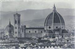 平衡老镇视图的佛罗伦萨对圣塔玛丽亚del fiore大教堂 图库摄影