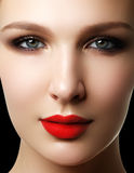 平衡表面方式嘴唇的美丽的别致关闭化妆用品做构成模型纵向红色减速火箭的淫荡健康妇女的性感的样式 s特写镜头画象  库存图片