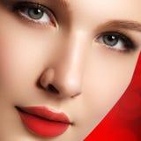 平衡表面方式嘴唇的美丽的别致关闭化妆用品做构成模型纵向红色减速火箭的淫荡健康妇女的性感的样式 s特写镜头画象  免版税库存照片