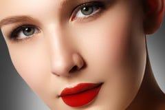 平衡表面方式嘴唇的美丽的别致关闭化妆用品做构成模型纵向红色减速火箭的淫荡健康妇女的性感的样式 s特写镜头画象  免版税库存图片