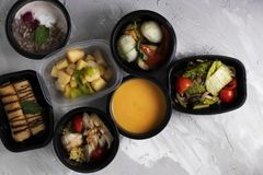 平衡饮食为在塑胶容器、浓豌豆汤、蒸的肉和菜的每天 库存照片