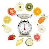平衡饮食概念 重量标度用水果和蔬菜 免版税库存照片