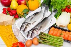 平衡饮食的典型的食物 库存照片