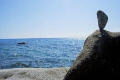 平衡,在礁石的岩石 免版税库存图片