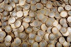 水平许多墨西哥的硬币 免版税图库摄影