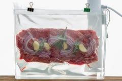 平铁牛排sous-vide烹调的部分 免版税图库摄影