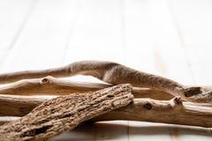 平静、健康、放松和内在秀丽与织地不很细漂泊木头 免版税图库摄影
