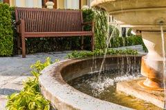 平静与喷泉和椅子 免版税库存图片
