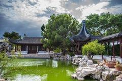 平静中国庭院  库存图片