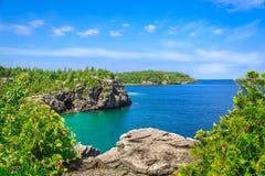 平静伟大的邀请的Cyprus的湖,在美丽的布鲁斯半岛,安大略的绿松石水华美的风景视图  免版税库存照片